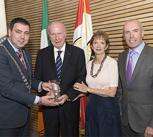NO REPRO FEE: Mayor of the County of Cork, Cllr. John Paul O'Shea (left) makes a presentation to Mr. Bill Gainer, who was afforded a civic reception at Cork County Hall. Also included are Gerry Gainer and Tim Lucey, Chief Executive Cork County Council.  Mr. Gainer is the chairperson of the Cook County side of the of partnership between Cook County, Chicago and Cork County.  Picture: Martin Walsh.